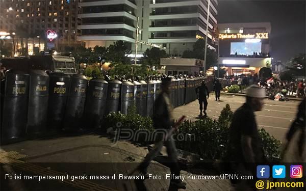 Kena Pepet Brimob dengan Tameng, Demonstran di Bawaslu Malah Berterima Kasih - JPNN.com