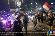 Selamat Malam, Polisi Buka Jalan MH Thamrin di Bawah Sorakan Demonstran - JPNN.com
