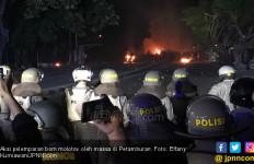 Makin Beringas, Massa Serang Polisi di Petamburan dengan Batu dan Molotov - JPNN.com