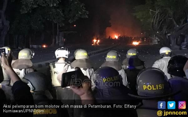 Petamburan Mencekam, Ledakan dan Tembakan Gas Air Mata Terdengar - JPNN.com
