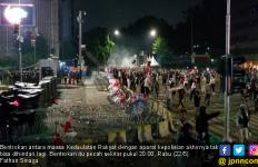 Pecah, Massa dan Polisi Bentrok di Bawaslu - JPNN.com