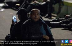 Terharu Lihat Foto Ini, 2 Pak Polisi Saling Bersandar saat Tugas di Bawaslu, Lelah dan Rindu Rumah - JPNN.com