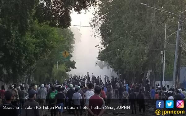 Bentrok Massa dengan Polisi di Jalan KS Tubun Kembali Terjadi Jelang Buka Puasa - JPNN.com