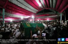 Iringan Salawat Ribuan Orang Mengantar Jenazah Ustaz Arifin Ilham ke Pemakaman - JPNN.com