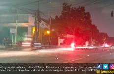 Petamburan Sudah Kondusif, Pasukan Brimob Tidur di Atas Tameng di Pinggir Jalan - JPNN.com