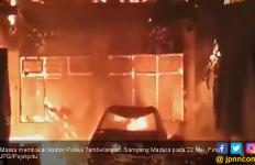 Ratusan Warga di Sampang Madura Serang dan Bakar Kantor Polsek Tambelangan - JPNN.com