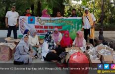 Honorer K2 Surabaya Bagi-Bagi Takjil di Dekat Rumah Dinas Wali Kota - JPNN.com