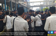 Mahasiswa IPTIQ Bagikan Tasbih ke TNI dan Polri - JPNN.com