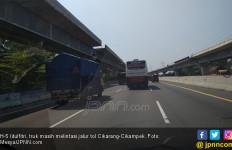 H-5 Idulfitri, Truk Masih Ramai Beroperasi di Tol Cikarang-Cikampek - JPNN.com