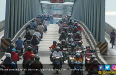 Ribuan Pemudik Motor Lalui Ruas Jalan Kalimalang - JPNN.com