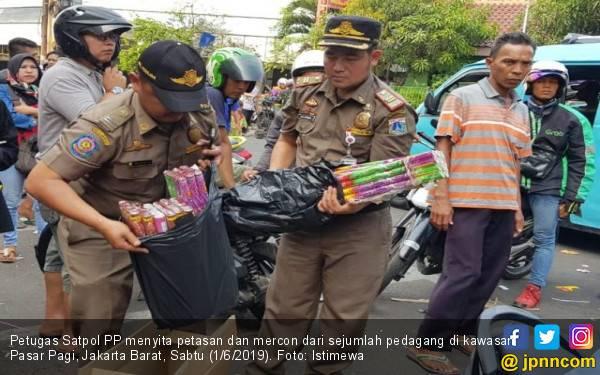 Satpol PP Sita Ratusan Petasan dan Kembang Api - JPNN.com