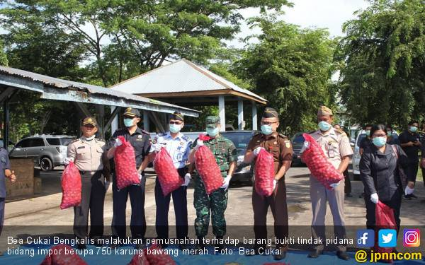 Bea Cukai Bengkalis Musnahkan 750 Karung Bawang Ilegal - JPNN.com