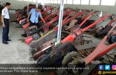 Lihat, Traktor – Traktor Itu Masuk Pegadaian - JPNN.com