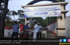 H-2 Lebaran, Kuburan Dipadati Peziarah - JPNN.com