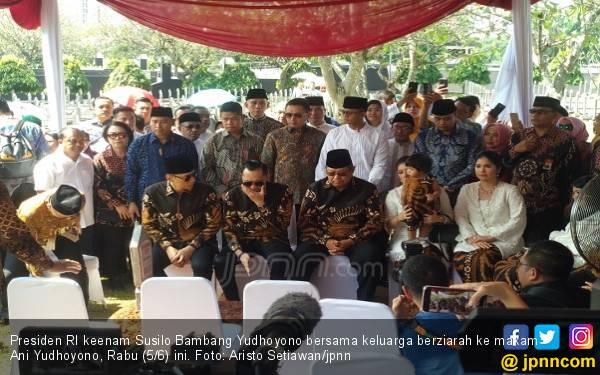 Idulfitri 1440 H: SBY dan Keluarga Berziarah ke Makam Ibu Ani - JPNN.com