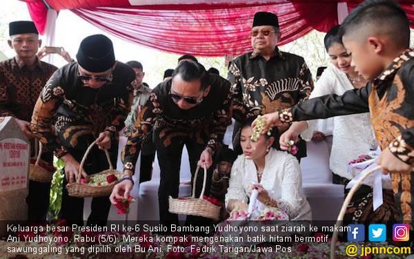 Ziarah ke Makam Bu Ani, SBY Membawa Anggrek Ungu dan Bunga Berwarna Merah, Begini Maknanya - JPNN.com