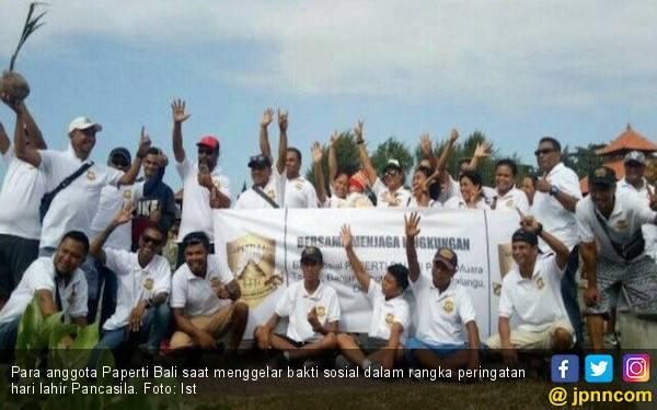 Puluhan Pemuda Asal Timor Bersihkan Pantai Muara - JPNN.com