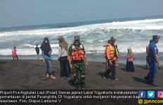Demi Kenyamanan Wisatawan, Prajurit Posal Samas Proaktif Pantau di Pantai Parangtritis - JPNN.com