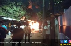 3 Rumah Kontrakan Terbakar di Jakbar, Satu Tewas, Mobil dan Motor Ikut Hangus - JPNN.com