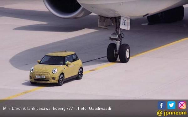 Keren, Mobil Listrik Mini Tarik Pesawat Boeing 777F - JPNN.com