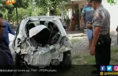 Hindari Macet Arus Balik, Mobil Abi Malah Hancur Ditabrak Kereta Api - JPNN.com