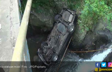 Mobil Tabrak Pembatas Jalan, Terjun ke Sungai Berbatu, 5 Penumpang Masih Dilindungi Tuhan - JPNN.com