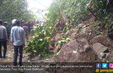 Ruas Jalan Liwa - Sukau Terputus Akibat Longsor - JPNN.com