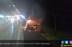 Mobil Xenia Tiba-tiba Terbakar di KM 187 Tol Cipali - JPNN.com