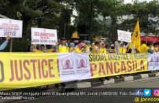 Massa Beratribut Kuning Kawal Sidang Perdana MK - JPNN.com