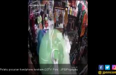 Perempuan Berhijab Terekam CCTV Curi Handphone - JPNN.com