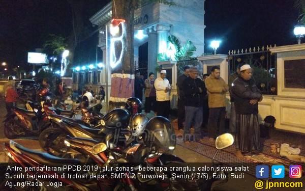 Pendaftaran PPDB Jalur Zonasi: Ortu Menginap, Salat Berjemaah di Trotoar Sekolah - JPNN.com