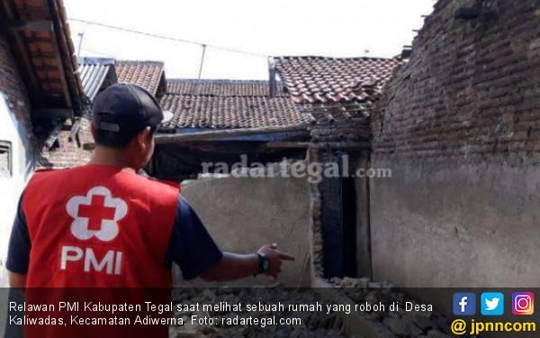 Rumah Roboh, Mbah Sawen Pingsan Tertimpa Ruruntuhan - JPNN.com