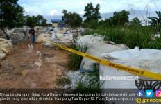 Tumpukan Limbah Plastik dan Elektronik di Gudang Berpagar Seng Bikin Warga Resah - JPNN.com