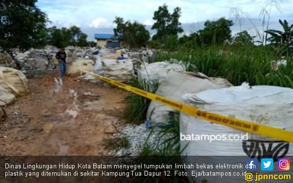DLH Segel Lokasi Penimbunan Limbah Campuran Plastik dan Elektronik - JPNN.com