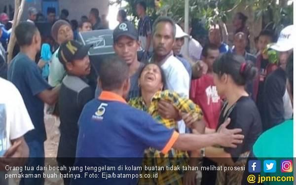 Isak Tangis Keluarga di Pemakaman 3 Bocah Kakak Beradik yang Tewas di Kolam Bekas Galian - JPNN.com