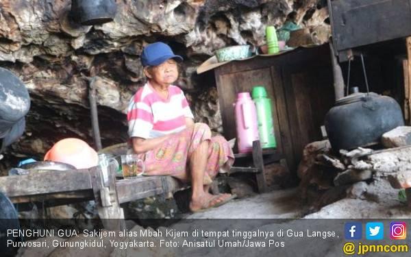 Kisah Nenek Penghuni Gua dekat Laut Kidul Berteman Anjing Bernama Bambang - JPNN.com