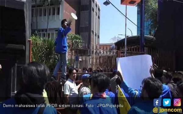 Demo Mahasiswa Ricuh, Minta Bertemu Dindik Jatim Bahas PPDB Sistem Zonasi - JPNN.com