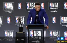 MVP NBA 2018-19 Giannis Antetokounmpo Menangis Mengenang Ayahnya - JPNN.com
