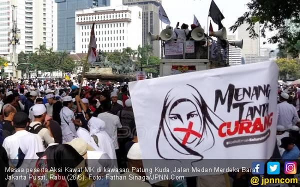 Massa Aksi Kawal MK di Patung Kuda Bubarkan Diri - JPNN.com