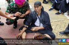 Di Tengah Aksi Superdamai PA 212, Zaini Menusuk Ayam dengan Paku, Aneh, Tidak Ada Darah - JPNN.com