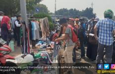 Banjir Rupiah, Pedagang di Sekitar MK: Sering-Sering Aja Demo - JPNN.com