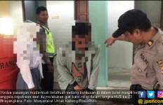 Masih Pakai Seragam, Siswi Berduaan dengan Pacar di Toilet Masjid - JPNN.com