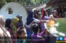Kekeringan, Ibu - Ibu Rebutan Air Bersih - JPNN.com