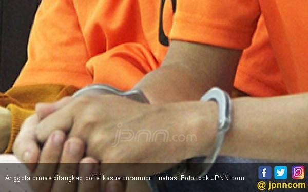 Detik – detik Anggota Ormas Ditangkap, Lihat tuh Tangan dan Kakinya Dirantai - JPNN.com