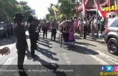 Kapolres Arak Purnawirawan Polri dengan Becak Keliling Kota - JPNN.com