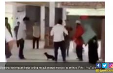 Heboh ! Perempuan Ini Bawa Anjing dan Pakai Sepatu Masuk ke Masjid - JPNN.com