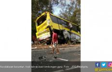 Kecelakaan Maut : Tabrakan Beruntun, Truk Hantam Bus Berisi Rombongan Guru - JPNN.com