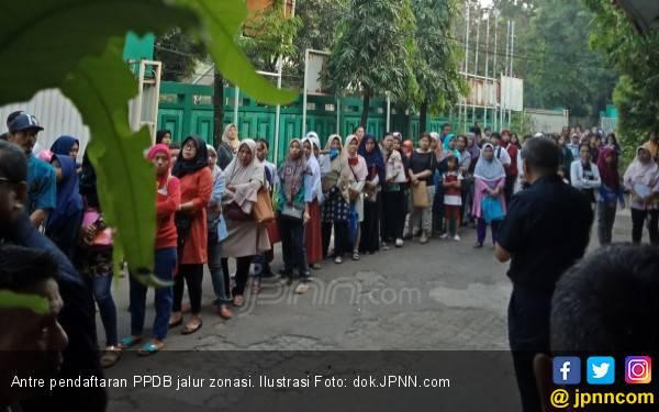 Tinggalkan Bayi di Rumah, Bu Sri Antre Pendaftaran PPDB Hingga 7 Jam - JPNN.com