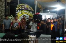Belasan Petugas BNPB Menggotong Peti Jenazah Sutopo - JPNN.com