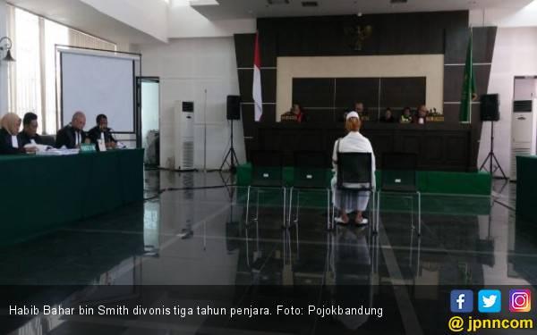 Divonis 3 Tahun Penjara, Habib Bahar Langsung Cium Bendera Merah Putih - JPNN.com
